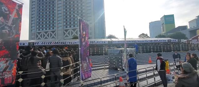 Los fanáticos de KISS en Tokio forman una línea masiva para comprar productos siete horas antes del espectáculo (video)