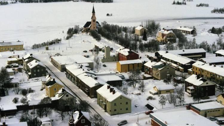 Der nordschwedische Ort Arjeplog im Luftbild, 1985. Auf dem zum Ort gehörenden zugefrorenen See, der von schwedischen Spezialisten präpariert wurde, testete Bosch ab Mitte der 1970er Jahre Kraftfahrzeugtechnik unter strengen polaren Winterbedingungen.