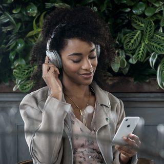 Persona utilizando los audífonos QuietComfort 35