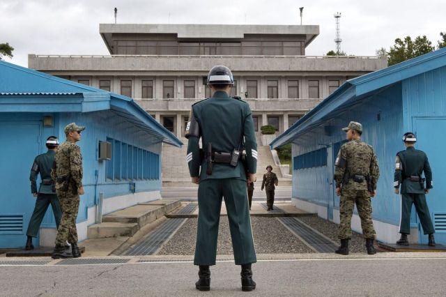 Il Confine demilitarizzato tra Nord e Sud Corea. Soldati sud coreani che fanno guardia a Panmunjom. Un destino simile per tanti ragazzi come Son Heung-Min. Foto: Jacquelyn Martin/AFP via Getty Images.