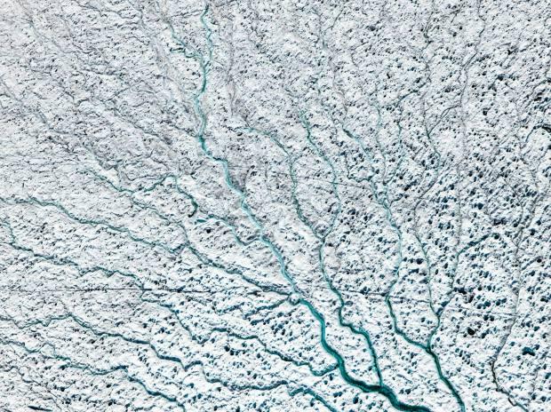 16 Temmuz 2016'da çekilen bu havai fişek görünümü, adanın yüzeyinin yüzde seksenini kaplayan 660.000 kilometrekarelik bir buz topluluğu olan Grönland Buz Levhası'nı belgeliyor. Fotoğrafçı: Diane Tuft