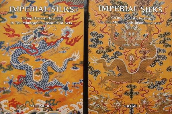 Books : Imperial Silks - Ch'ing Dynasty Textiles - 2 Volumes in slipcase - 1182 pages - 8.3 kg - China - Second half 20th century - Catawiki