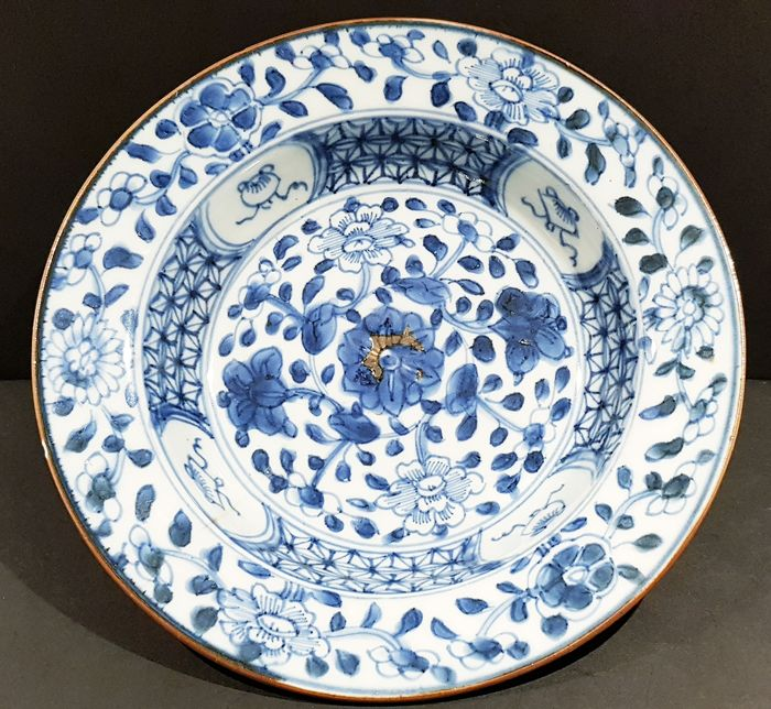 Plate (1) - Blue and white - Porcelain - Flowers - Kangxi blue and white Plate - China - Kangxi (1662-1722) - Catawiki
