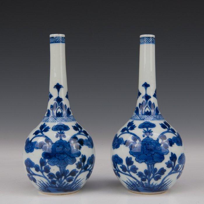 A few rose water sprinkler vases (2) - Blue and white - Porcelain - peonies - China - Kangxi (1662-1722) - Catawiki