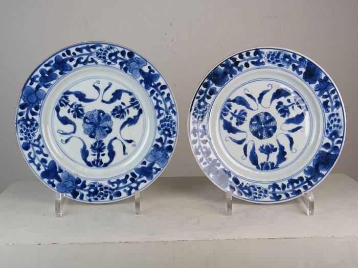 Pair of plates - Porcelain - Lotus - China - Kangxi (1662-1722) - Catawiki
