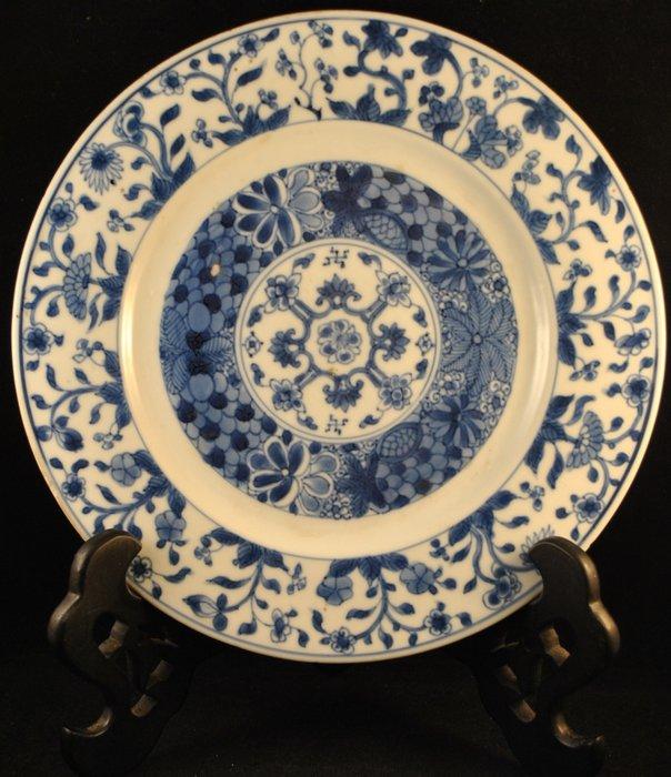 Export dish (1) - Blue and white - Porcelain - Flowers - China - Kangxi (1662-1722) - Catawiki