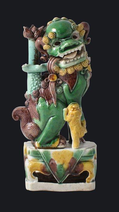 A famille-verte glazed biscuit foo dog - Porcelain - China - Kangxi (1662-1722) - Catawiki