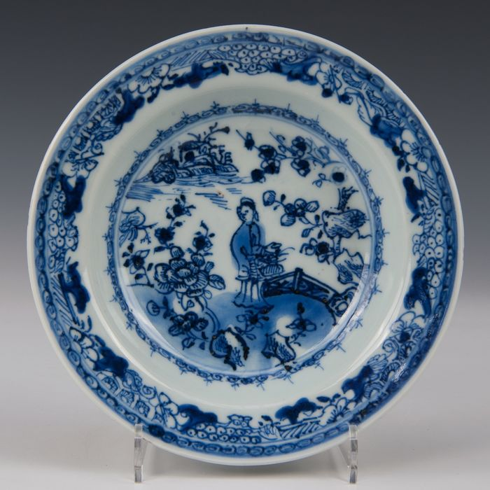 deep cream plate (1) - Blue and white - Porcelain - lady in a fenced off garden - China - Qianlong (1736-1795) - Catawiki