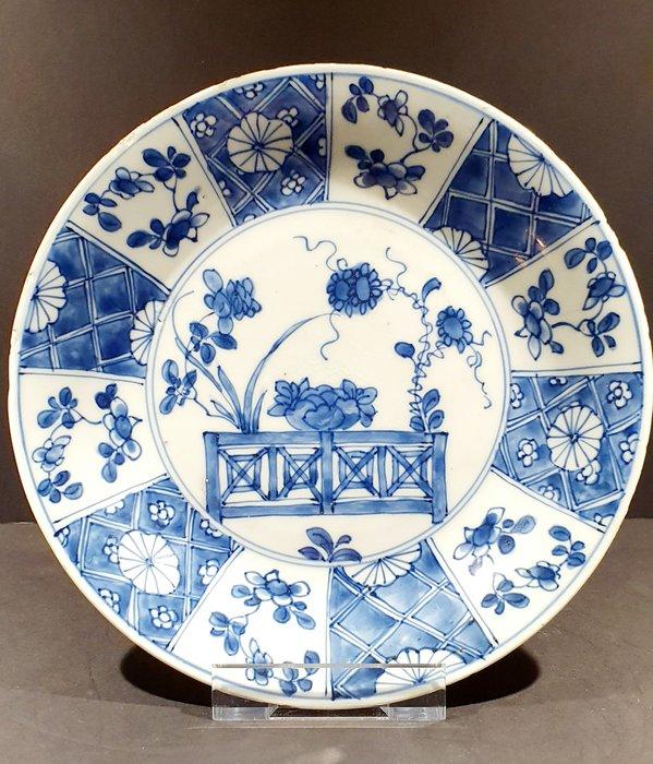 Plate (1) - Blue and white - Porcelain - Flowers - Beautiful Kangxi plate in Wanli Styl - China - Kangxi (1662-1722) - Catawiki