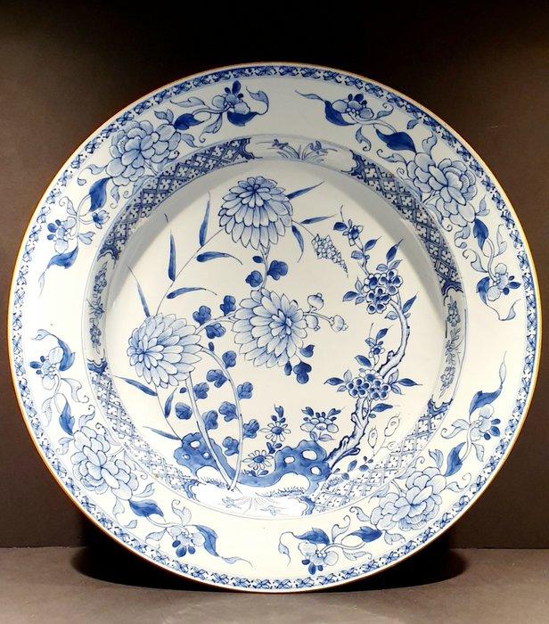 Charger (1) - Porcelain - Flowers - Very large Kangxi Plate Ø39.5 CM - China - Kangxi (1662-1722) - Catawiki