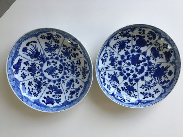A pair of Chinese blue and white plates decorated with flowers in leaf-shaped panels marked with (2) - Porcelain - China - 1662 1722 Kangxi - Catawiki