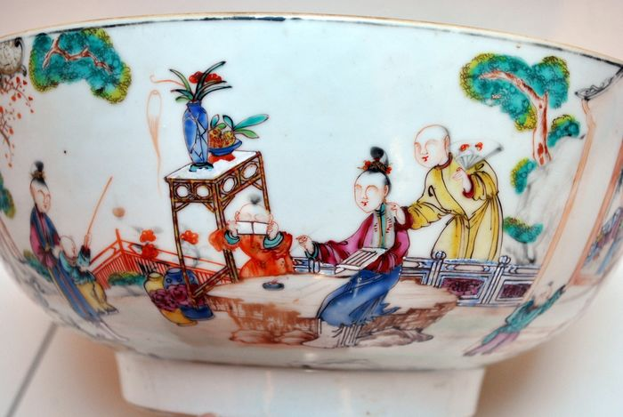 A Huge Punchbowl (1) - Famille rose - Porcelain - Very large size! - China - Qianlong (1736-1795) - Catawiki