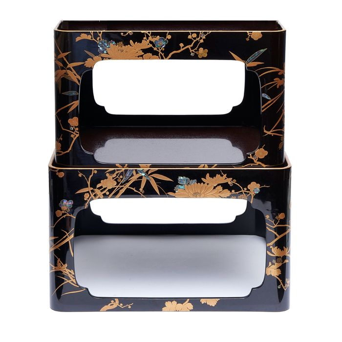 Nest of two low lacquered tables (zen), each of a different size (2) - Gold inlay, Lacquered wood, Mother of pearl - Japan - Taishō period (1912-1926) - Catawiki