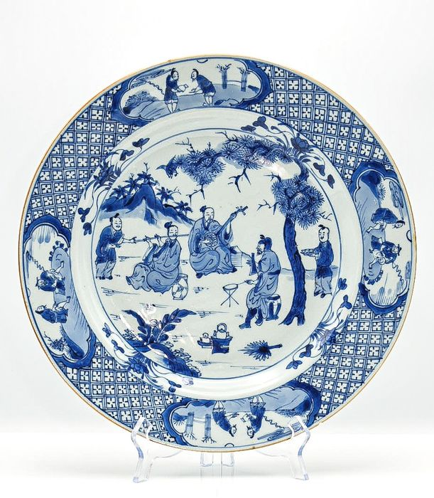 Plate (1) - Blue and white, Chinese export - Porcelain - very rare large charger Ø 35.7 cm daoist musicians and their servants - China - Kangxi (1662-1722) - Catawiki