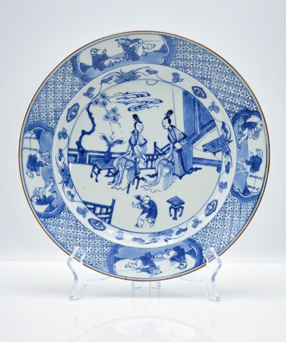 Plate (1) - Blue and white, Chinese export - Porcelain - Kangxi Period Beautiful large plate Ø 27 cm. with ladies and children in garden - China - Kangxi (1662-1722) - Catawiki