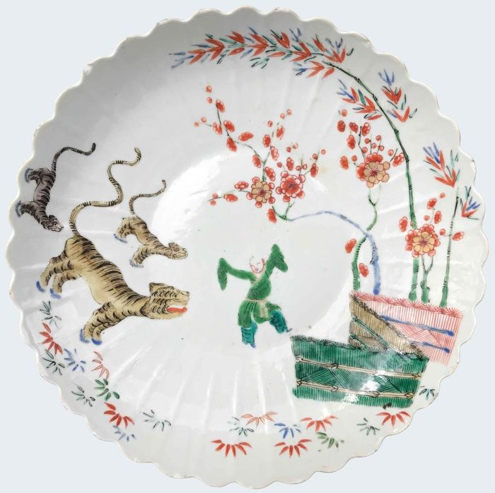 Large famille verte dish decorated with a boy and a tiger - Porcelain - China - Kangxi (1662-1722) - Catawiki