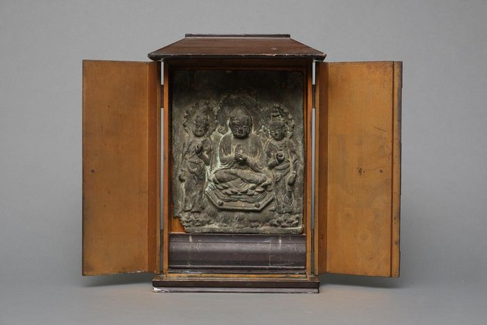 Rare bronze plaque with a relief in a wooden Zushi-shrine - Bronze, Wood - Rare bronze plaque with a relief of a Buddha and two bodhisattva in a rectangular zushi-shrine - Japan - Late Edo period