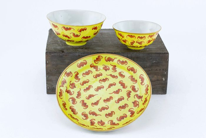 Bowl, Dish - Porcelain - Yellow Ground Mark And Period Imperial Dish And Two Bowls Decorated With Bats - China - Tongzhi (1862-1874) - Catawiki