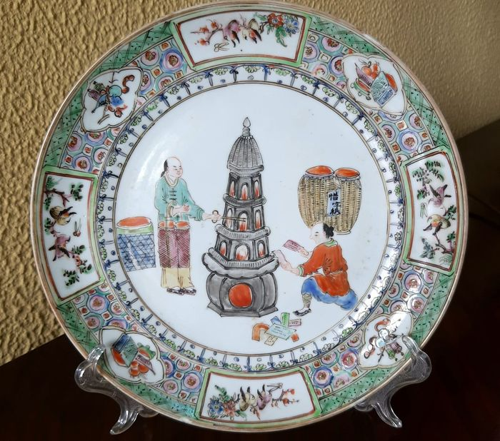Plate (1) - Canton, Famille verte - Porcelain - Figure honoring ancestors - China - Late 19th century - Catawiki
