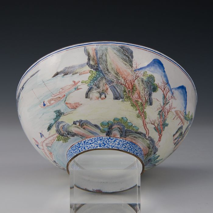 Large finely painted bowl (1) - Canton enamel - Figures on a bridge in a river landscape with mountains - China - Qianlong (1736-1795) - Catawiki