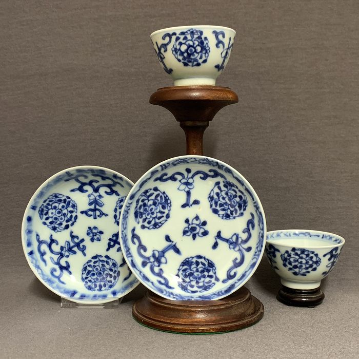 Cup, Saucer (4) - Porcelain - Blossom roundels and floral sprays - China - Kangxi (1662-1722) - Catawiki