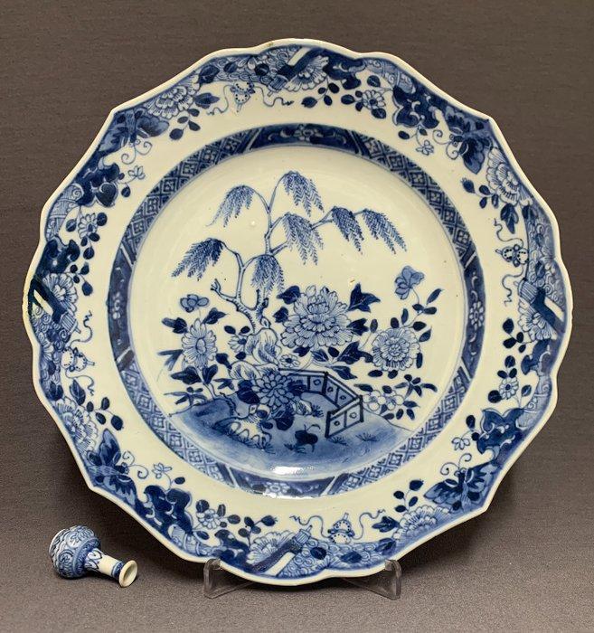 Plate - Porcelain - Willow, peonies, fence, lingzhi - Butterflies, Buddhist objects - China - Qianlong (1736-1795) - Catawiki