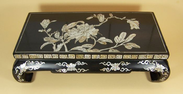 Small table (bundai) - Black-ground - Lacquered wood, Mother of pearl - Peony, Magnolia - A lacquer ware ('urushi') small table ('bundai') - Japan - Meiji period (1868-1912)
