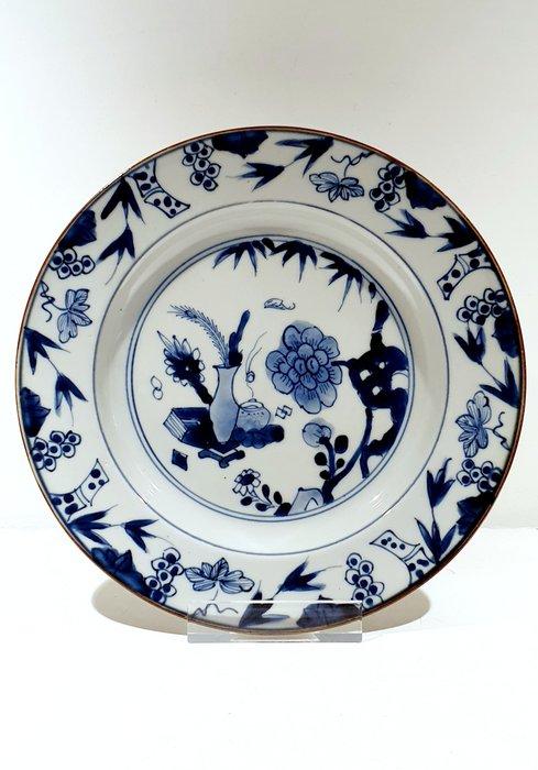 Plate (1) - Blue and white - Porcelain - Flowers - Very nice Kangxi plate Ø 23 cm - China - Kangxi (1662-1722) - Catawiki