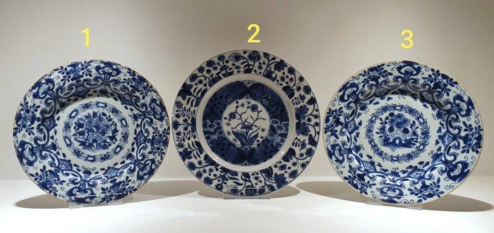 Plates (3) - Blue and white - Porcelain - Flowers - 3 beautiful Kangxi plates - China - Kangxi (1662-1722) - Catawiki