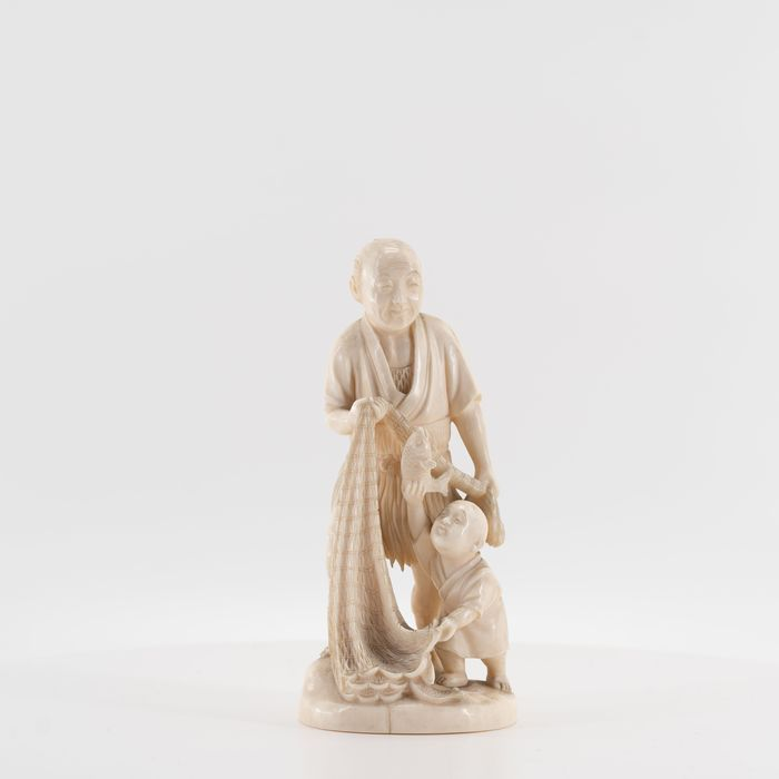 Okimono, signed Mitsu-Yuki - Elephant ivory - Fisherman and boy on a base - Japan - Meiji period (1868-1912)
