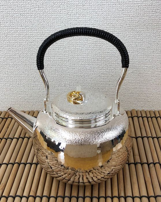 Teapot - Sterling silver and wooden boxes - A fine silver pot - Original tomobako with signature and seal 'Jungindo' 純銀堂 - Japan - Heisei period (1989-2019) - Catawiki