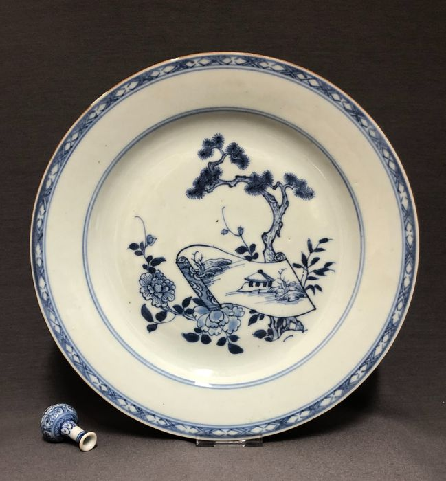 Plate - Porcelain - Open scroll under pine tree besides bamboo and peonies - China - Qianlong (1736-1795) - Catawiki