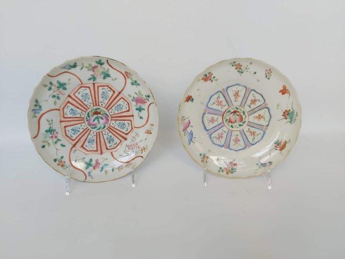 Plates (2) - Porcelain - Tongzhi six character's mark. Paire d'assiettes de la Famille Rose - China - 19th century