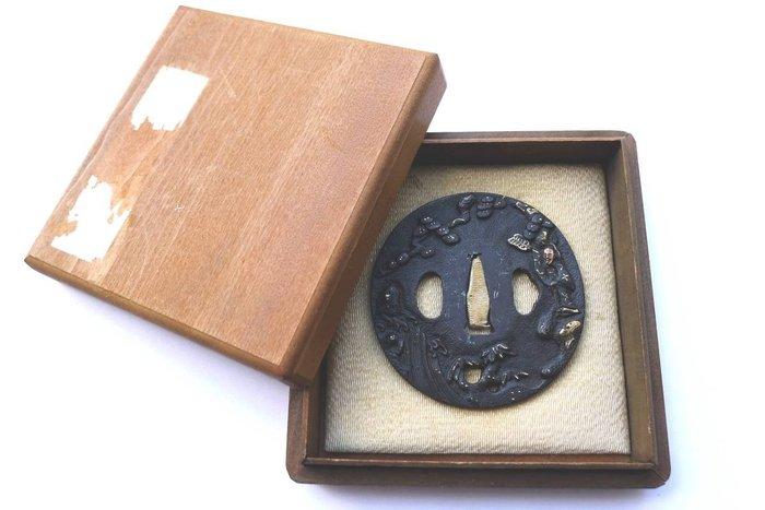 Beautiful shoten samurai battle inlay tsuba with box - Iron - Japan - Mid Edo period - Catawiki