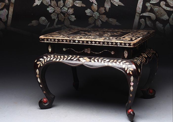 Okimono - Natural solid wood and lacquer and shells - Exquisite antique flower table - Japan - Meiji period (1868-1912) - Catawiki