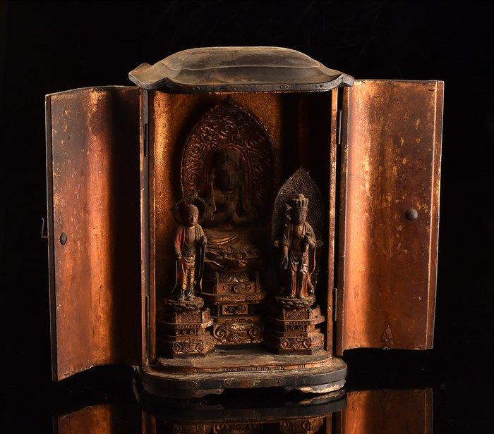 Butsudan (1) - Gilt, Wood - Large and rare three figure Buddha home altar with Jizo Bosatsu and Kumen Kannon - Japan - momoyama / early edo