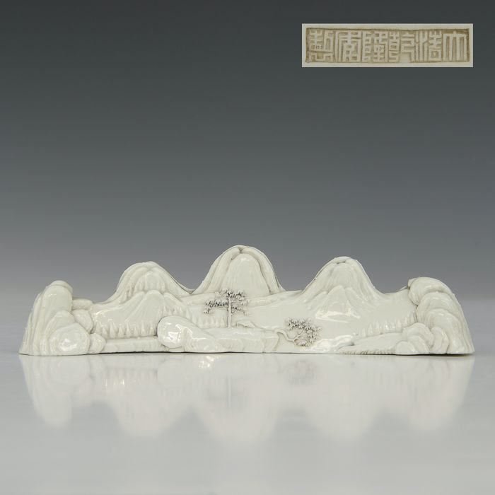 Scroll weight /scolars object (1) - Blanc de chine - Porcelain - Mountain landscape - China - Late 20th century