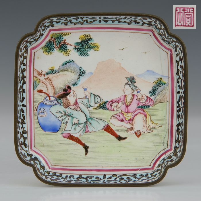 Dish - marked (1) - Famille rose - Canton enamel - Landscape with a Dutch couple drinking - China - Qianlong (1736-1795) - Catawiki