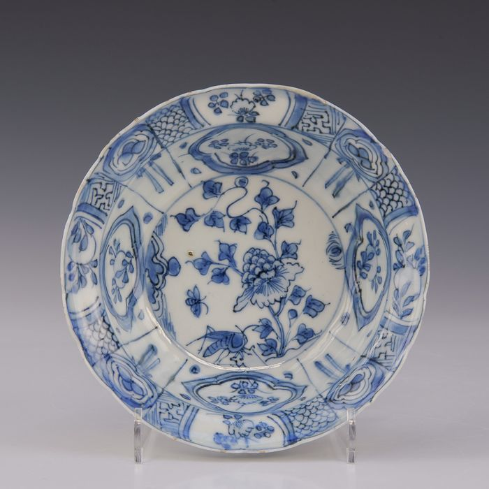 Klapmuts bowl - cracked porcelain (1) - Blue and white - Porcelain - Insect on rotwerk with flowers - China - Wanli (1573-1619)