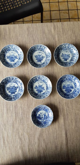 Saucers (7) - Blue and white - Porcelain - Man, basket of valuables - China - Kangxi (1662-1722)