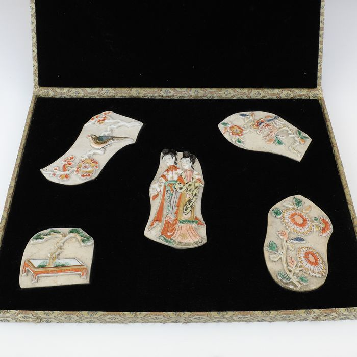 Very rare relief plaques for decoration of a room screen (1) - Porcelain - Flowers - Japan - Circa 1700 - Catawiki