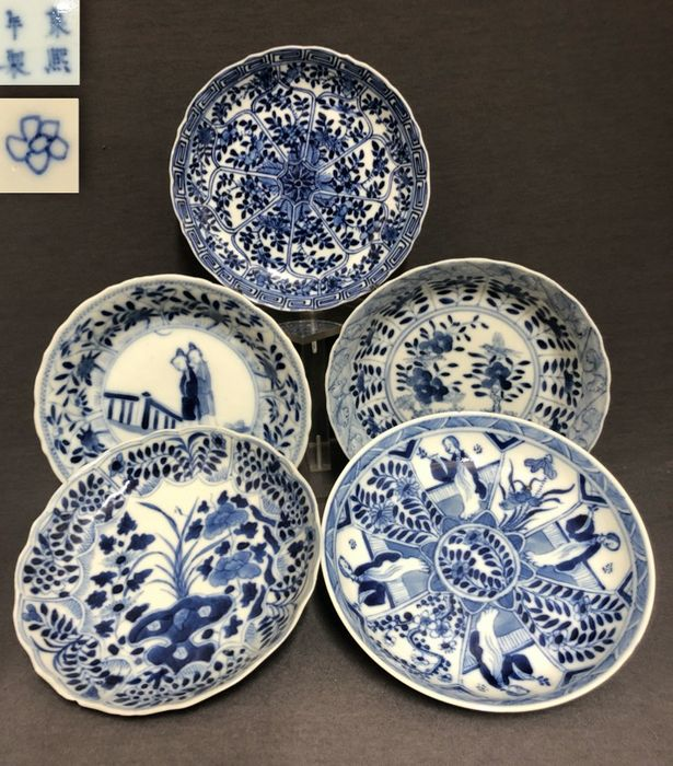 Saucers (5) - Porcelain - Florals and ladies - Marked Kangxi (3x) and a blossom (1x) - China - Qing Dynasty (1644-1911) - Catawiki