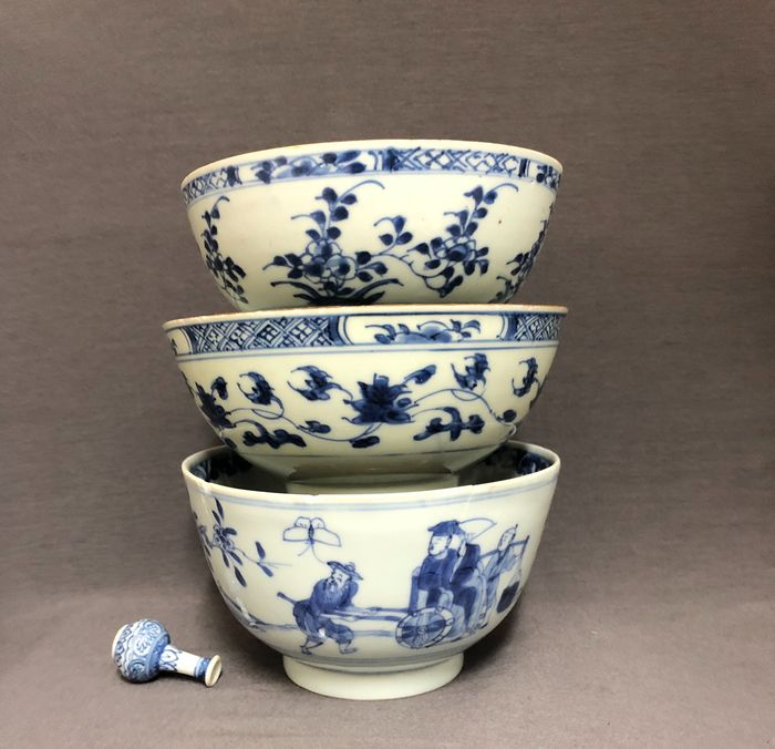 Bowl (3) - Porcelain - Persons in landscape - Florals One marked - China - Kangxi (1662-1722) - Catawiki