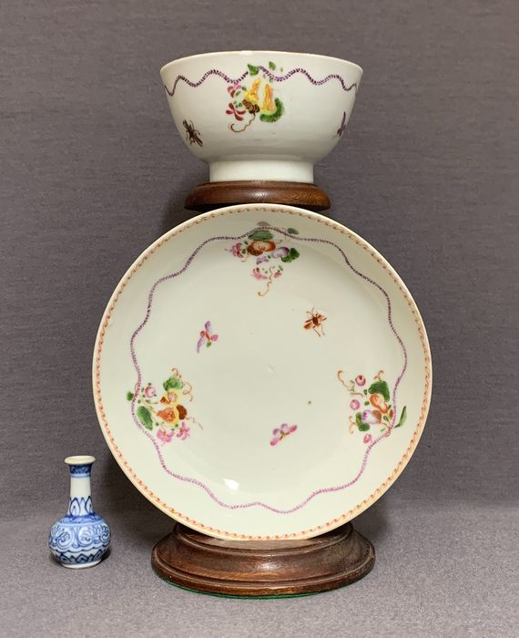 """Cup, Saucer (2) - Porcelain - """"Three abundances"""" and insects - Mint condition - China - Qianlong (1736-1795)"""