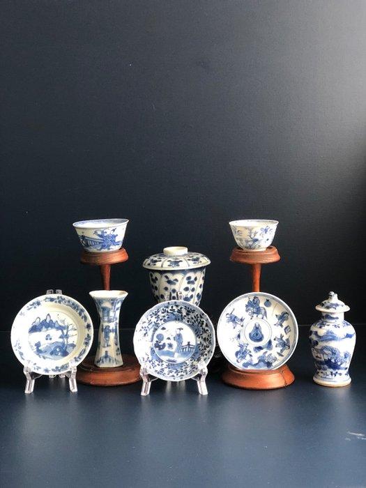lot (8) - Blue and white - Porcelain - Flowers, warriors, landscape, garden, birds - China - 18th century