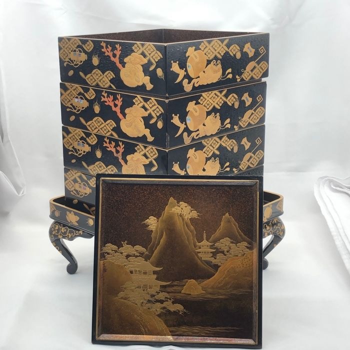 Lacquered box - Lacquered wood - Treasure and Coral - Japan - Meiji period (1868-1912)