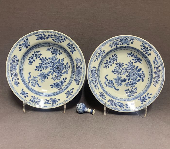 Plates (2) - Porcelain - Chinese - Floral sprays - China - Qianlong (1736-1795)