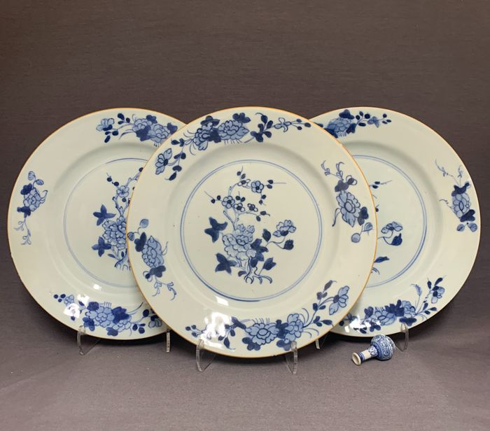 Plates (3) - Porcelain - Chinese - Peonies and plum blossom - China - Qianlong (1736-1795)
