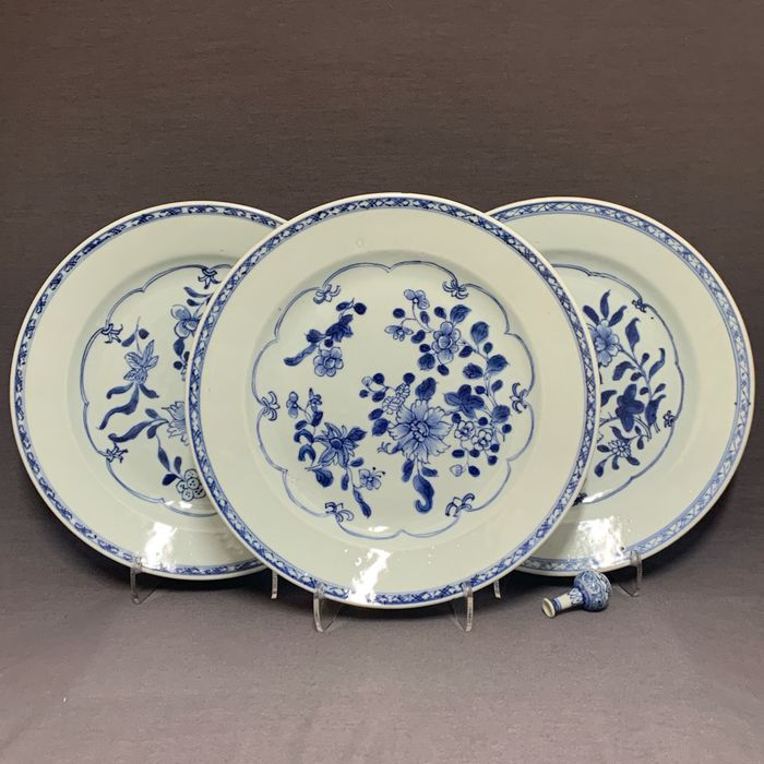 Plates (3) - Porcelain - Chinese - Peonies, lily and blossoms - China - Qianlong (1736-1795)