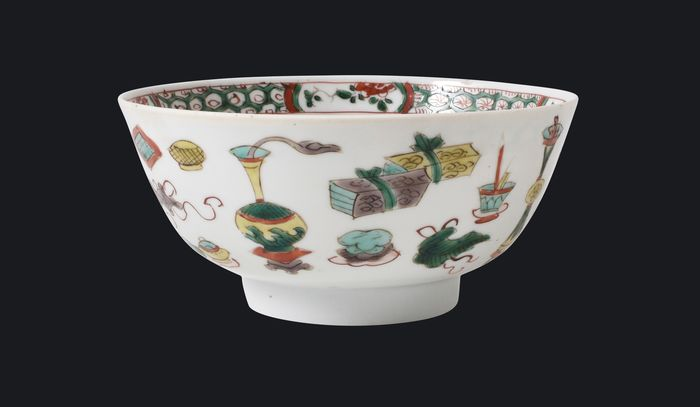 A famille verte bowl decorated with attributs - Porcelain - China - Kangxi (1662-1722)